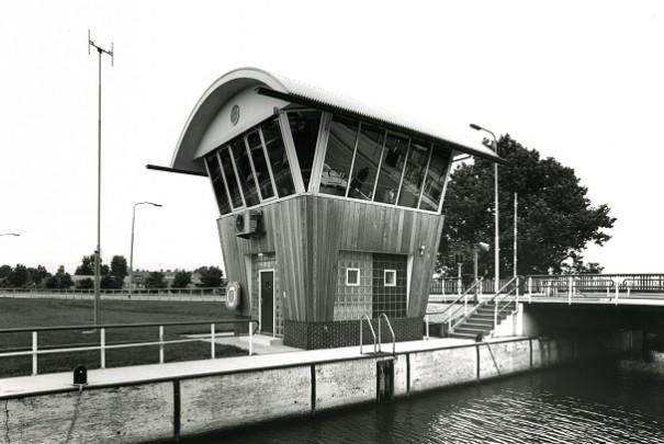 Stuw- en brugbedieningshuis / Stuw- en brugbedieningshuis ( P. Loerakker )