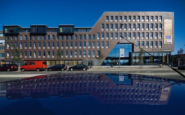 Stadsdeelkantoor Feijenoord met woningbouw / District Council Office Feijenoord and Housing ( J.D. Bekkering )
