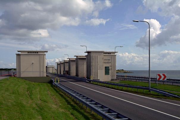 Uitwateringssluizen Den Oever / Discharge Sluices Den Oever ( D. Roosenburg, Bureau Zuiderzeewerken )