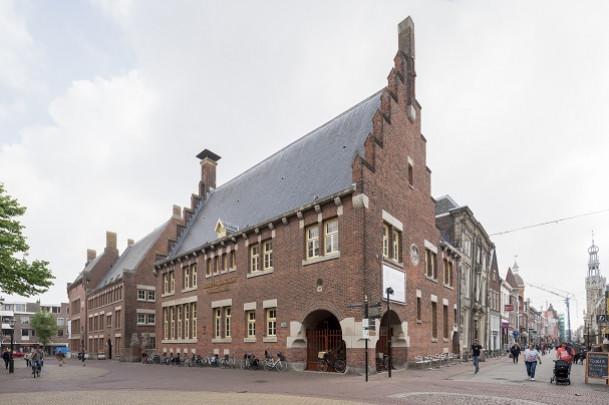 Hoofdkantoor 't Hooge Huys / Headquarters 't Hooge Huys ( A.J. Kropholler )