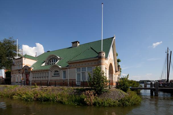 Clubgebouw Koninklijke Roei- en Zeilvereniging De Maas / Clubhouse Koninklijke Roei- en Zeilvereniging De Maas ( B. Hooijkaas jr., M. Brinkman )