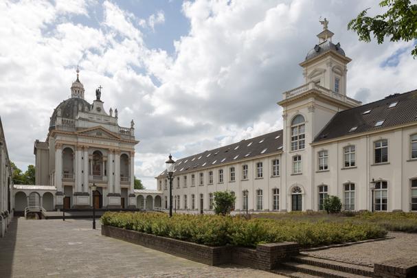 RK kapel van het Instituut St. Louis / Chapel St. Louis Oudenbosch ( Th.Ph. Florschütz, J. Boosten )