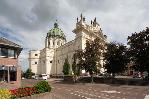 RK kerk H.H. Agatha en Barbara Oudenbosch / Roman Catholic Church Oudenbosch ( P.J.H. Cuypers, G.J. van Swaay )